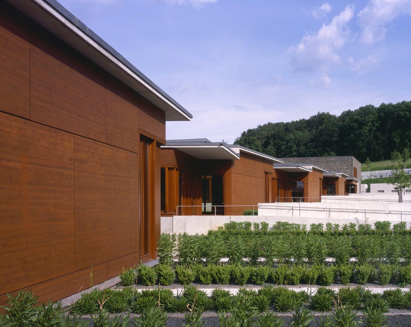 Rückwertige Gebäudestirnen der Klassentrakte